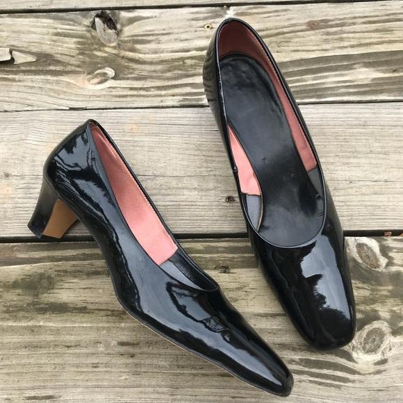 5266ef7810bab Vintage 60s Smartaire Black Patent Low Heel Pumps